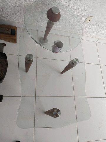Vendo uma mesa de vidro de centro e um porta joias