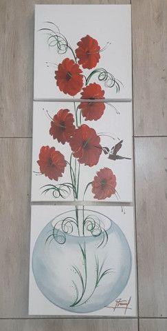 Quadro decorativo flores vermelhas no vaso de vidro fundo branco - Foto 3