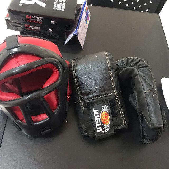Kit mai thai boxer composto por par de luvas capacete e protetor antebraço