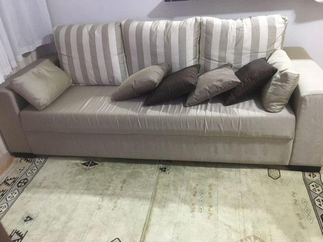 Sofá + almofadas + tapete