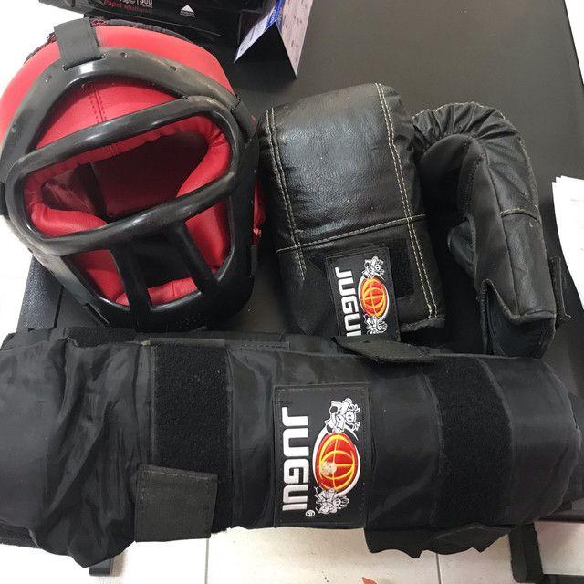 Kit mai thai boxer composto por par de luvas capacete e protetor antebraço  - Foto 3