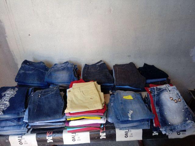 Lote 90 peças calsas jeans - Foto 2