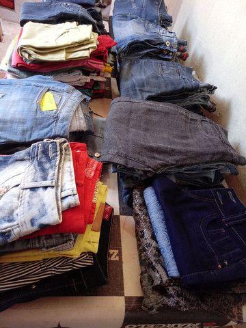 Lote 90 peças calsas jeans - Foto 3