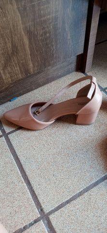 Sandália salto baixo grosso bico - Foto 2