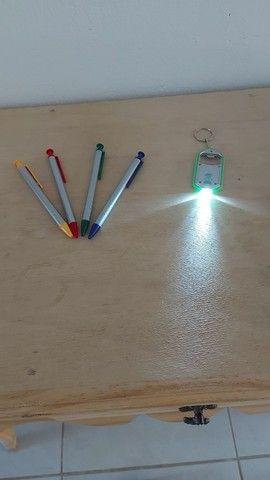 Canetas e chaveiros com lanterna para personalizar
