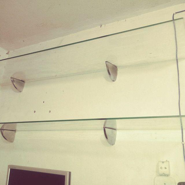 Prateleira de vidro temperado com os suportes cromados. Leia o anuncio
