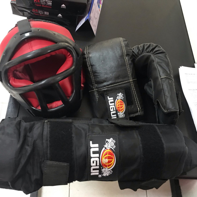 Kit mai thai boxer composto por par de luvas capacete e protetor antebraço  - Foto 2