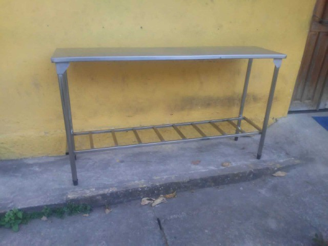 Vendo esta mesa de apoio com prateleira treliçada - Foto 2