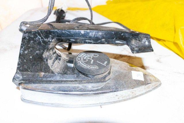 Ferro de Passar Roupa Walita 127V em Plástico Preto 10 cm x  11 cm x  23 cm - Foto 5