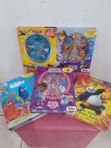 Livro com miniaturas , vários modelinhos