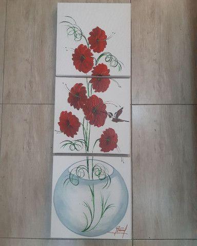 Quadro decorativo flores vermelhas no vaso de vidro fundo branco - Foto 2