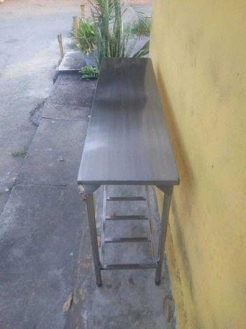 Vendo esta mesa de apoio com prateleira treliçada - Foto 4