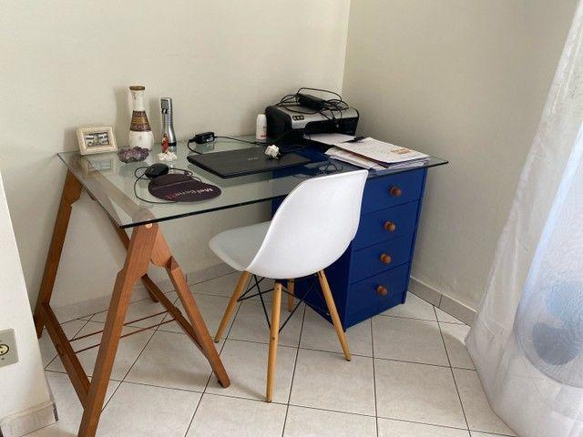 Cadeira branca com base de madeira - Foto 3