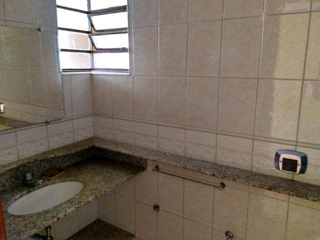 Ótima localização, 1 suíte + 2* quartos, armários planejados, AC, sala ampla - Foto 8