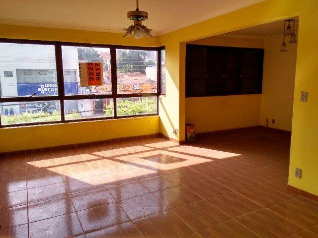 Ótima localização, 1 suíte + 2* quartos, armários planejados, AC, sala ampla - Foto 10