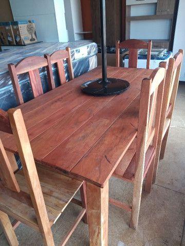 Mesa de madeira com cadeira de madeira na promoção