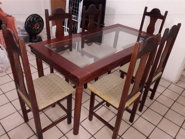 Mesa com tampo de vidros e seis cadeiras