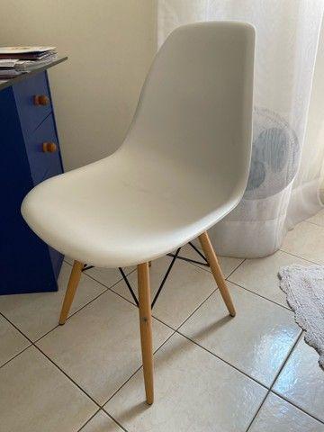 Cadeira branca com base de madeira