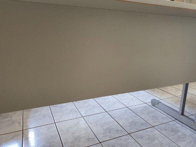 Mesa Para Escritório Com Borda ABS Com 3 Gavetas 140 x 60 cm - Foto 6