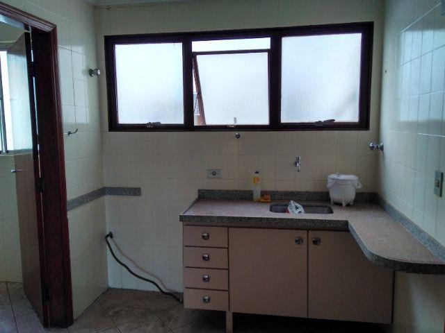Ótima localização, 1 suíte + 2* quartos, armários planejados, AC, sala ampla - Foto 13