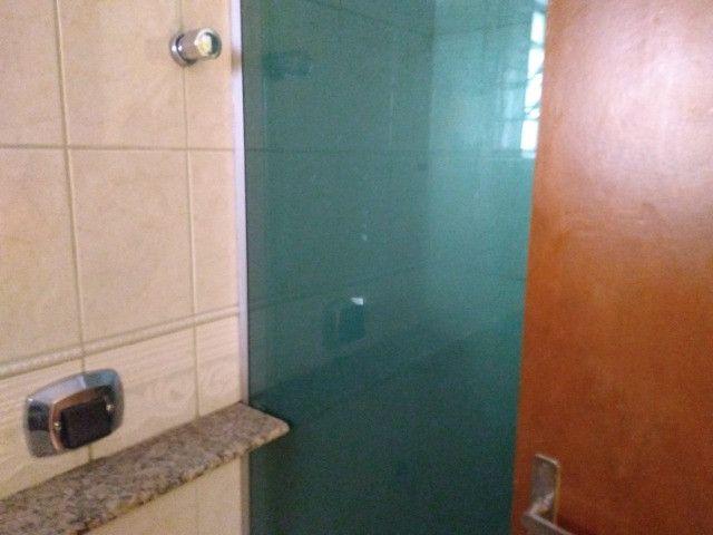 Ótima localização, 1 suíte + 2* quartos, armários planejados, AC, sala ampla - Foto 3