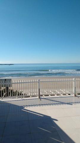 Casa á beira mar em Itapoá. Pé na areia. Distância da praia? NENHUMA!