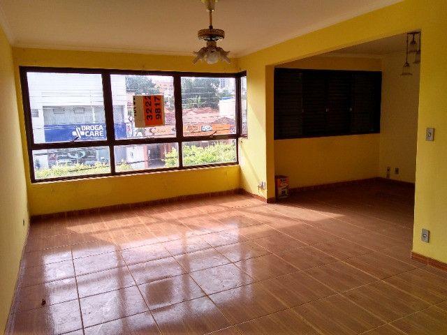Ótima localização, 1 suíte + 2* quartos, armários planejados, AC, sala ampla - Foto 11