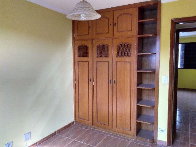 Ótima localização, 1 suíte + 2* quartos, armários planejados, AC, sala ampla