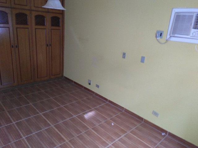 Ótima localização, 1 suíte + 2* quartos, armários planejados, AC, sala ampla - Foto 5