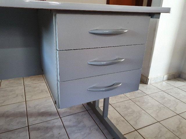 Mesa Para Escritório Com Borda ABS Com 3 Gavetas 140 x 60 cm - Foto 2