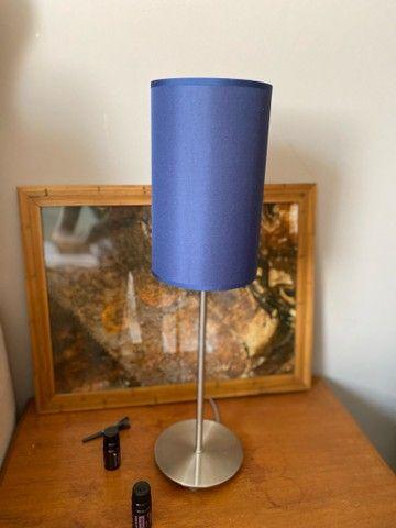 Abajur azul com base de metal