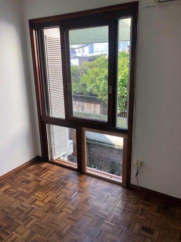 Apartamento amplo, com dois dorm, living 2 ambientes, ampla cozinha, reformado por 219 mil - Foto 3