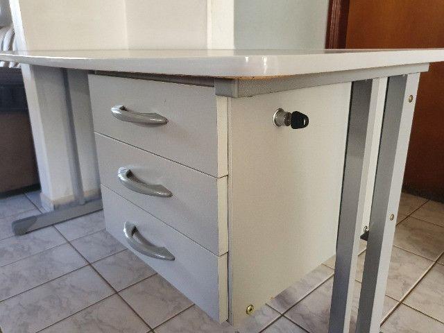 Mesa Para Escritório Com Borda ABS Com 3 Gavetas 140 x 60 cm - Foto 3
