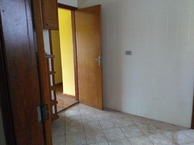 Ótima localização, 1 suíte + 2* quartos, armários planejados, AC, sala ampla - Foto 12