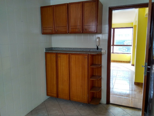 Ótima localização, 1 suíte + 2* quartos, armários planejados, AC, sala ampla - Foto 14