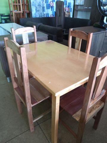 Mesa com quatro cadeiras na promoção por apenas quinhentos e setenta reais