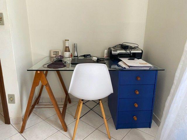 Cadeira branca com base de madeira - Foto 2