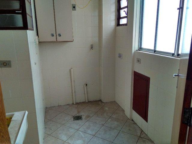 Ótima localização, 1 suíte + 2* quartos, armários planejados, AC, sala ampla - Foto 16