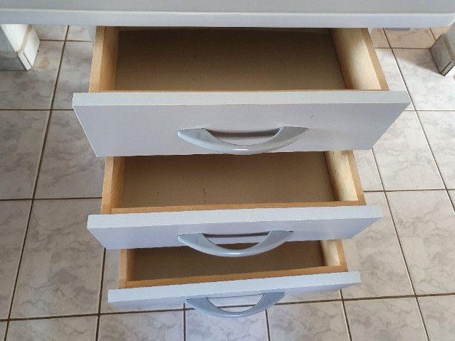 Mesa Para Escritório Com Borda ABS Com 3 Gavetas 140 x 60 cm - Foto 4