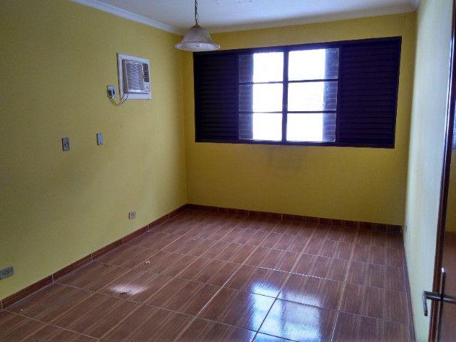 Ótima localização, 1 suíte + 2* quartos, armários planejados, AC, sala ampla - Foto 4