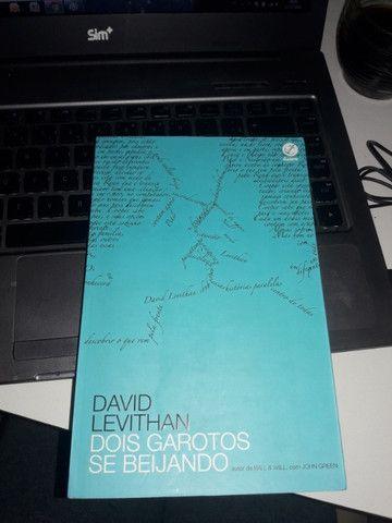 Dois garotos se beijando -David Levithan .