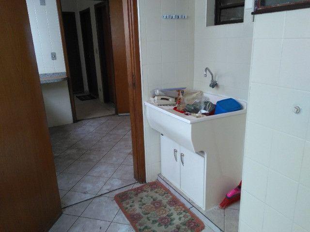Ótima localização, 1 suíte + 2* quartos, armários planejados, AC, sala ampla - Foto 15