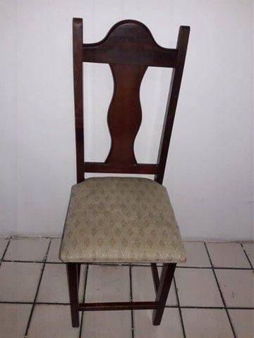 Mesa com tampo de vidros e seis cadeiras - Foto 5
