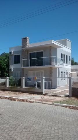 Alugo duas casas mobiliadas, de frente, na praia de São Lourenço do Sul