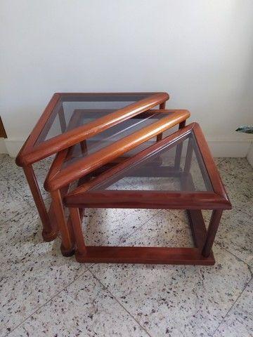 Conjunto trio de mesas laterais de madeira e vidro triangulares - Foto 3