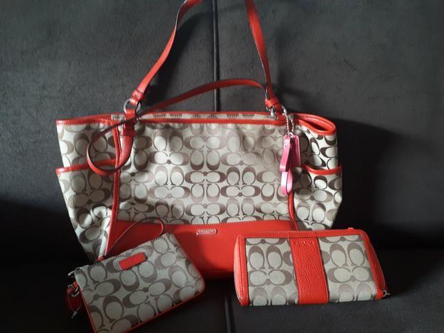 132aaf9878973 Baixei!!!! linda bolsa + carteira + porta cartões COACH