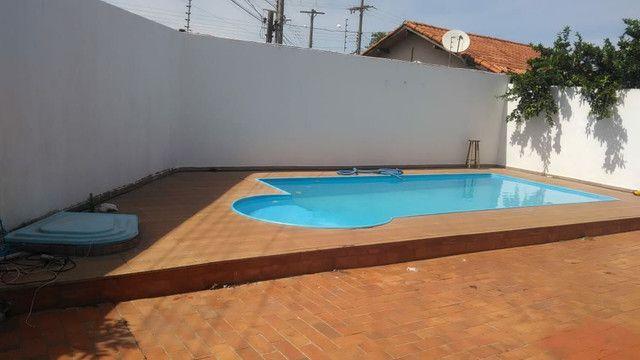Vendo ou troco casa de esquina com piscina em condomínio fechado - Foto 2