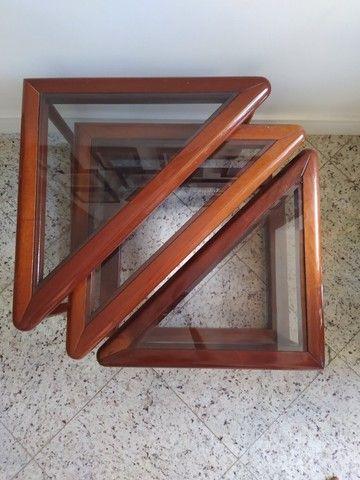 Conjunto trio de mesas laterais de madeira e vidro triangulares - Foto 2