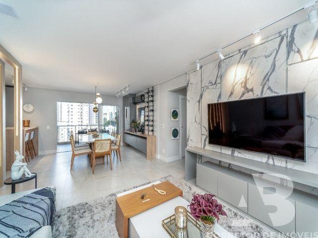 Apartamento mobiliado, equipado e decorado, 03 suítes, sacada com espaço gourmet, 02 vagas - Foto 3