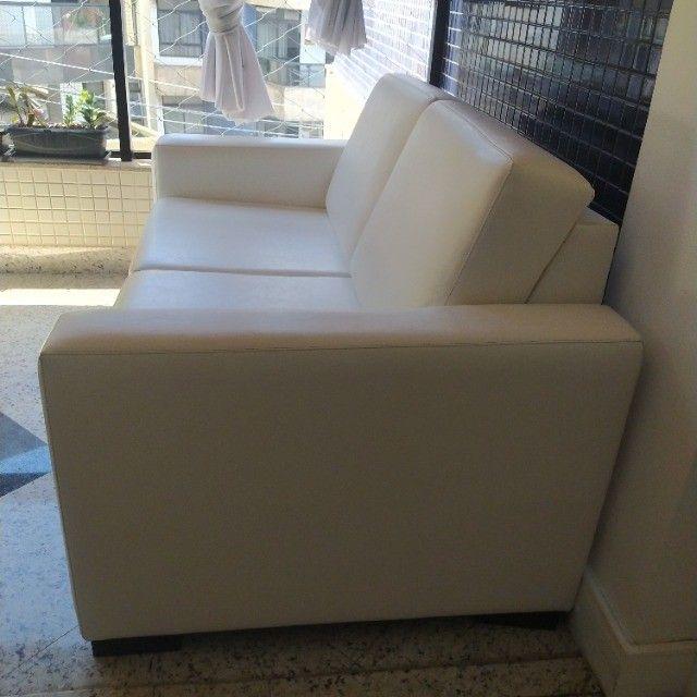 Vendo sofá branco - dois lugares - Foto 2